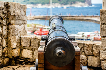 An ancient cannon stands in the fortress of Dubrovnik, Croatia. Fototapete