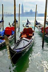 Türaufkleber Gondeln Venice, traditional gondola and basilica view