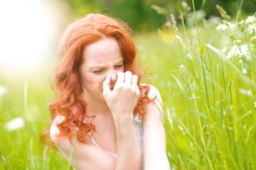 junge frau in der natur allergie