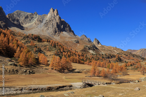 Fotomurales Vallee de la Claree during a clear day in autumn.