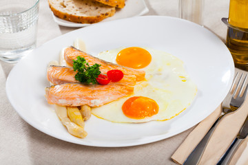 Fried eggs with salmon and asparagus
