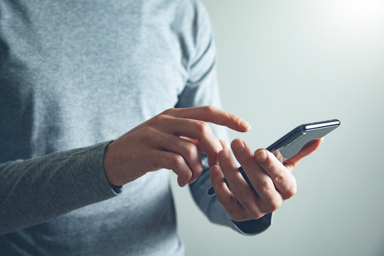man hand holding smart phone