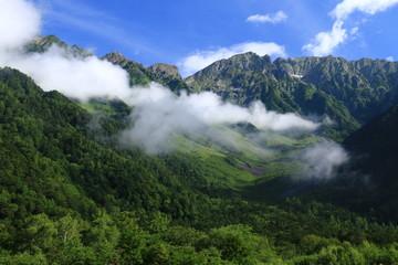 北アルプス 神々しい上高地の朝の風景 雲と岳沢と穂高連峰と