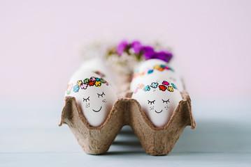 Niedlich bemalte Ostereier im Eierkarton - süße Ostergrüße