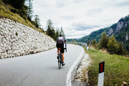 Rennradfahrer in den Bergen von Südtirol