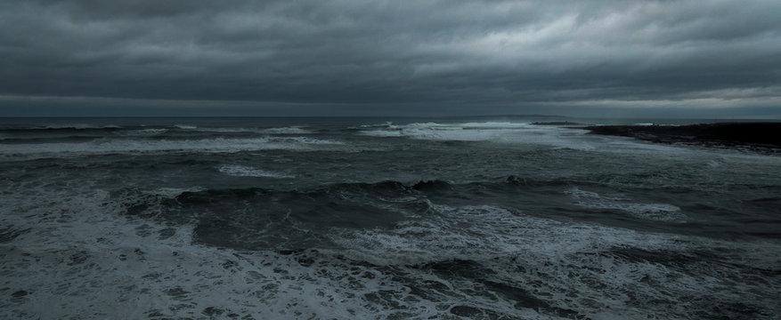 Atlantik Atlantischer Ozean stürmisch schlechtes Wetter dunkler Himmel bedrohlich Wind und Wellen Ozean düster dunkel rau bewölkt Raue stürmische See Irland Wild Atlantic Way Blitz und Donner