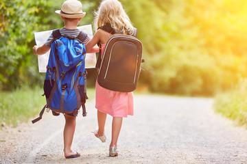 Zwei Kinder wandern ins Abenteuer im Sommer Wall mural
