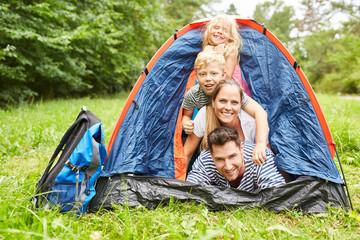 Poster Camping Familie im Zelt beim Camping im Urlaub