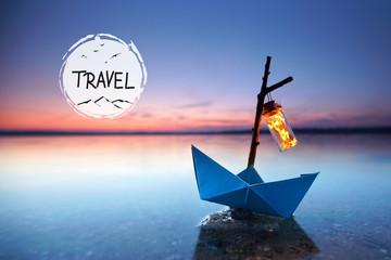 Reise und Urlaubskonzept - Papierboot am Strand