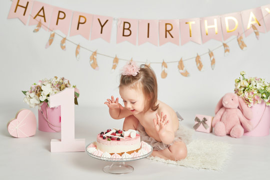 girl with a birthday cake, 1 year old baby photo session