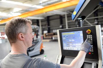 arbeiter bedient eine moderne abkanntbank Maschine im Metallbau // workers operates a modern bench machine in metal construction
