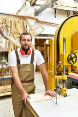Tischler am Arbeitsplatz in einer Schreinerei // portrait of a worker in a joinery at the workplace - woodworking