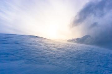 eisige Landschaft und Schneesturm bei Sonnenuntergang in Tromsö, Norwegen