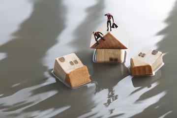 水害により救助を待つ孤立した家と人々