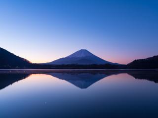 精進湖湖畔からの夜明けの富士山