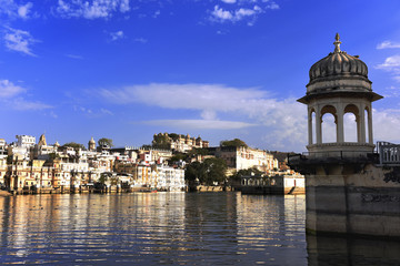 Fototapete - gazebo at lake Pichola with panoramic city view and reflection in Udaipur, Rajasthan, India