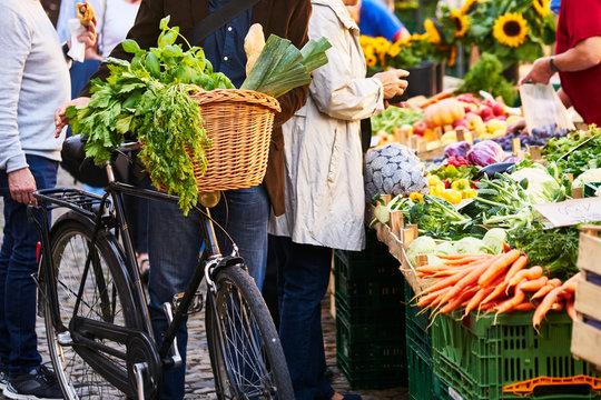 Mann Fahrrad Einkauf Markt Mütze Gemüse