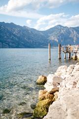 Klares Wasser am Gardasee - Steg,Ufer und Berge