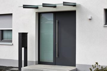 Moderne neue, anthrazitfarbenene Haustür