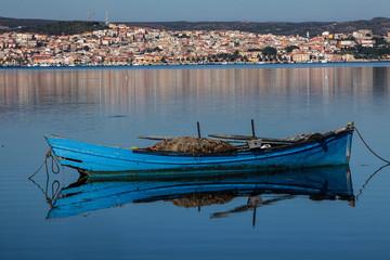 Fototapeta barche da pesca in legno nello stagno di fronte a Sant'Antioco - sardegna obraz