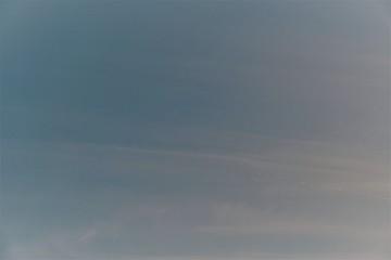 Blauer Himmel mit weißen, schweifenden Wolken in verschiedenen Farb und Blautönen - Set