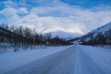 Verschneite Landstraße in Norwegen
