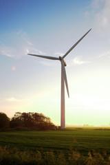 alternative Energiegewinnung durch Windkraftanlagen - Windkraftanlage im Abendlicht am warmen Sommerabend