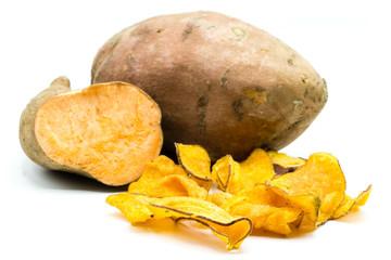 Chip chips Süßkartoffel Süßkartoffeln isoliert freigestellt auf weißen Hintergrund, Freisteller