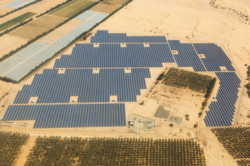 Solarzellen Solar Israel Strom Energie Solaranlage Wüste von oben Luftbild