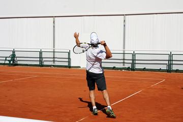 Fototapeta Tenisista na korcie w trakcie gry, wymachuje rakietą obraz