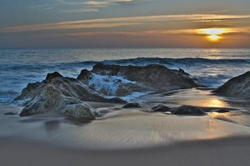 Fototapeten Rosa hell Waves and sunset in Salgados beach. Albufeira, Portugal