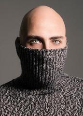 Ritratto di uomo con occhi verdi e maglione a collo alto
