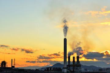 夕焼けの空と煙突のシルエット