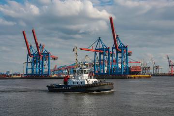 Schlepper vor den Hafenkränen in Hamburg an der Elbe
