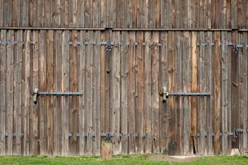 Tor aus Holz mit zwei Türen