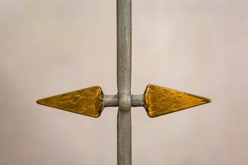 Zweil Pfeile aus Metall , einer nach rechts, einer nach links
