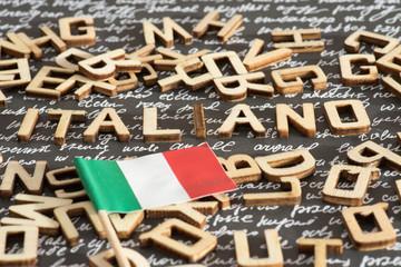 Flagge von Italien und das Wort Italienisch