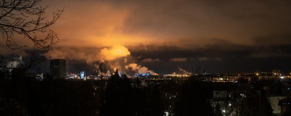 Foto op Textielframe Vulkaan Dramatische Wolken über Industriegebiet