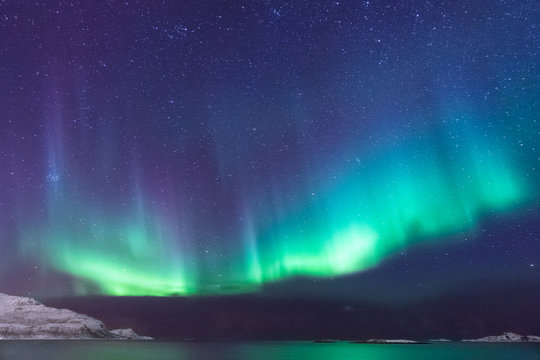 Panorama bunte Nordlichter im Norden, Norwegen