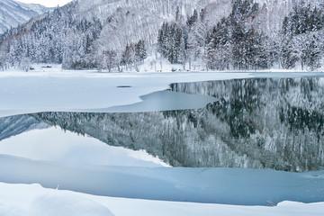 長野県大町市の雪景色の中綱湖と凍りつく水面の景色