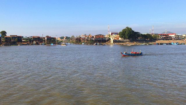 un chaland sur le Mékong au Cambodge