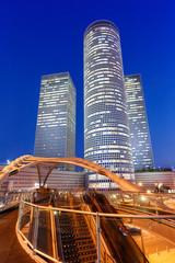 Tel Aviv Azrieli Center Skyline Israel blaue Stunde Brücke Nacht nachts Stadt Hochhäuser Hochformat moderne Architektur