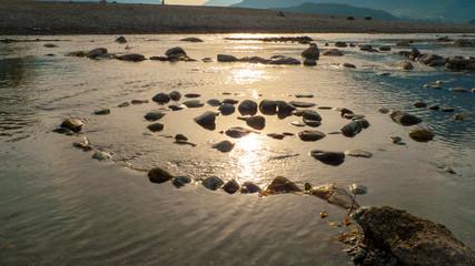 Spirale aus Kiesel Steinen, am Ufer, Strand von Gravedona am Comer See