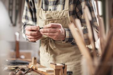 Handwerker an der Werkbank - Fokus auf den Händen