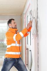 Handwerker arbeitet im Neubau