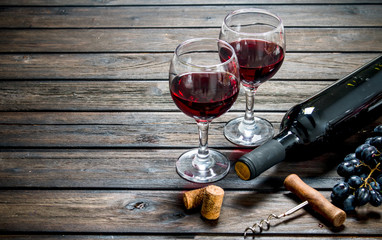 Wine background. Red wine in glasses with grapes. Fototapete