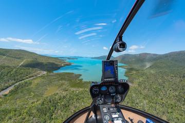 Helikopter beim Anflug einer Bucht über den Whitsunday Island