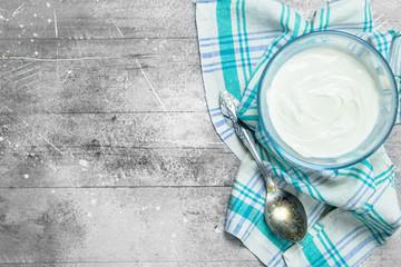 Sour cream in bowl .