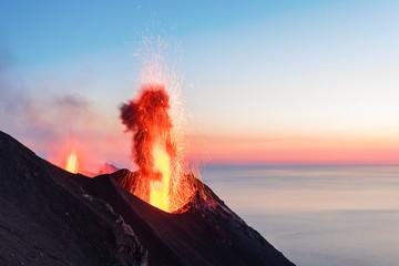 Eruzione del vulcano Stromboli, Italia Fototapete