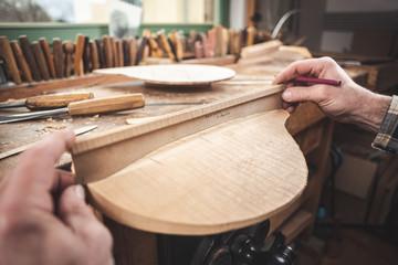 Instrumentenbauer beim Prüfen mit der Wölbungsschablone